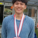 藤井一輝君 (東福岡高校9番) が来てくれました。全国高校選手権優勝メダル初めて見ました。